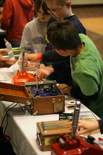 Kids_looking_at_Tim_Kaiser's_electronic_musical_instruments_-_Make_Day_at_Science_Museum_of_Minnesota,_2009-03-14